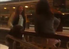 Betrunkener Fight auf dem Bahnsteig