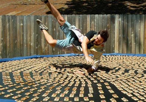 Auf ein Trampolin mit 1000 Mausefallen springen