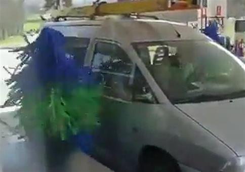 Menschliche Waschanlage an der Tankstelle