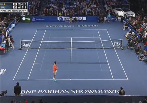 Federer spielt gegen einen Jungen Tennis
