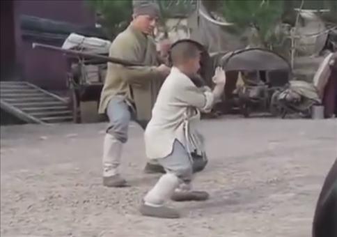Mini Mönch bringt Jackie Chan das Kämpfen bei