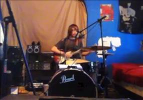 Singen und gleichzeitig Gitarre und Schlagzeug spielen