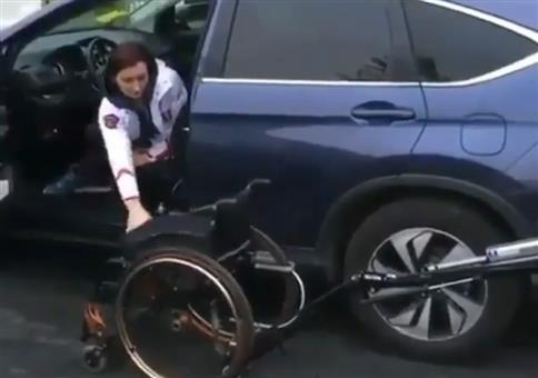 Rollstuhl verschwindet automatisch im Kofferraum