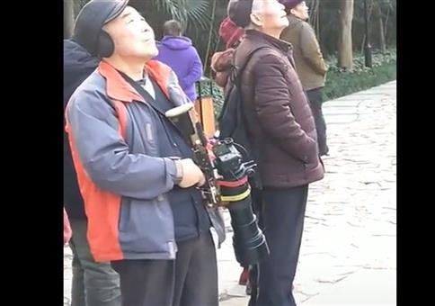 Er schießt Fotos!