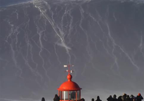 Riesige Monsterwelle surfen