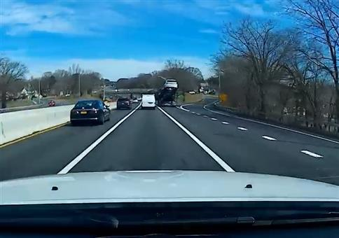 Autotransporter doch etwas zu hoch für die Brücke