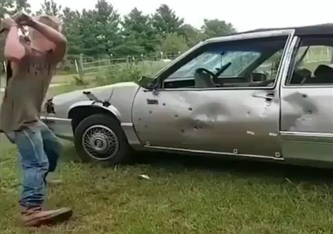 Mit dem Baseballschläger mal richtig aufs Auto kloppen