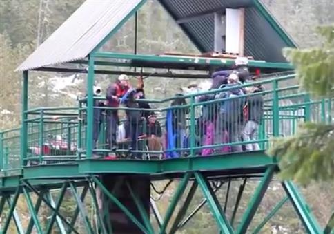 Gefährlicher Sprung von der Brücke