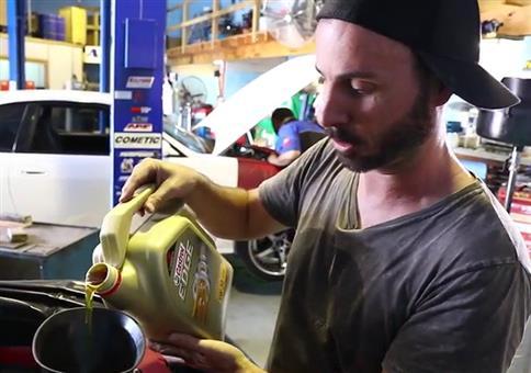 Automotor mit exakt der richtigen Menge an Öl befüllen