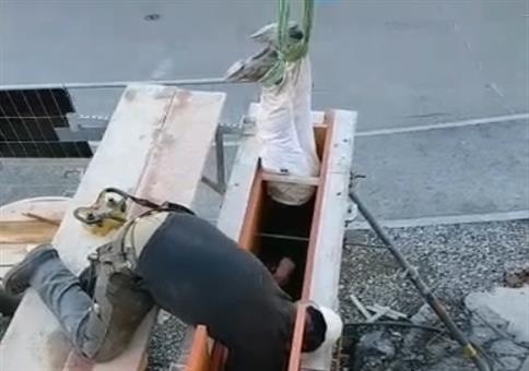 Neulich auf der Baustelle: Kopfüber am Hämmern