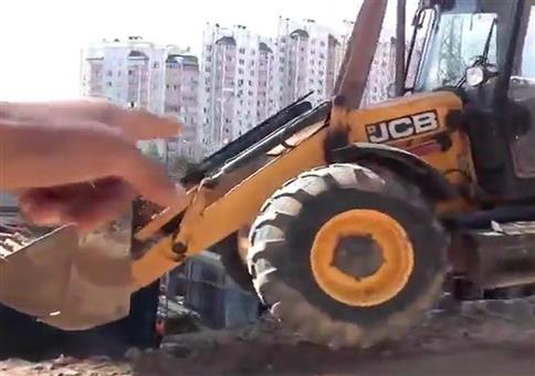 Einmal mit Profis: Radlader in die Baugrube heben