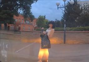Frau mit Gegenwind