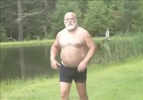 Er geht mal kurz Fisch holen