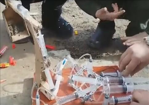 Ein Spielzeugbagger mit Spritzenpneumatik