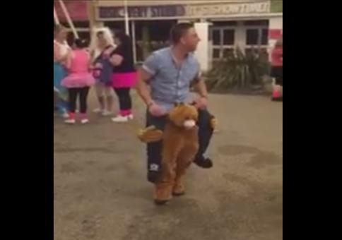 Verrücktes Bär-trägt-Mann Kostüm
