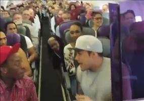 Der Cast vom König der Löwen Musical singt im Flugzeug