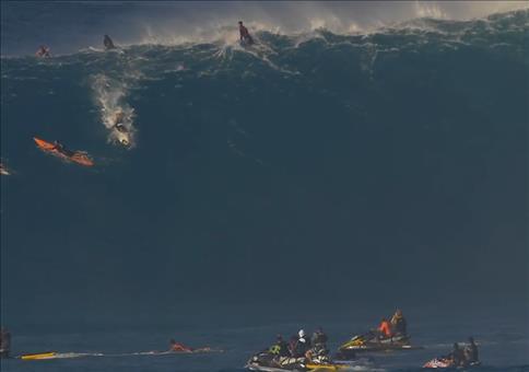 Surfer auf Riesenwelle