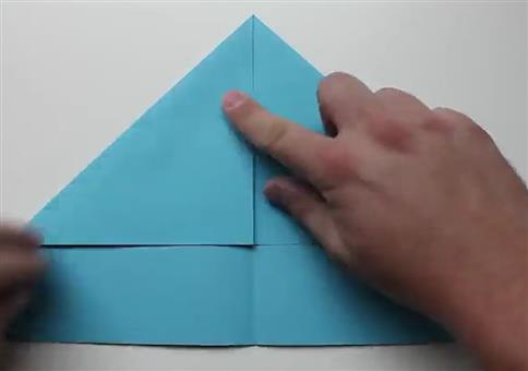 Einen Papierfliegen Vogel bauen