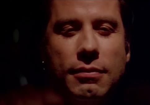 John Travolta gemütlich mit dem Auto unterwegs