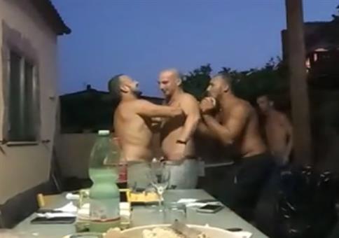 Streich: Starke Arme um den Kumpel hochzuheben