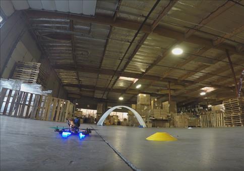 Drohnenrennen in der Lagerhalle