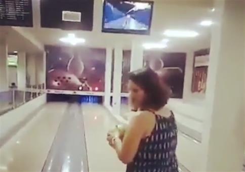 Frau beim Bowling zeigt ihren Spezialwurf