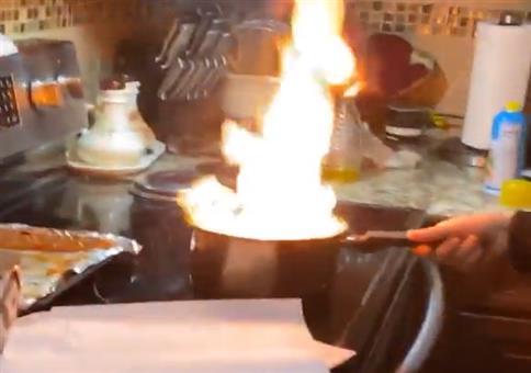 Wasser auf brennenden Öl kippen