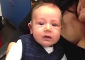 Kleiner Mann hört zum ersten Mal die Stimmen seiner Eltern