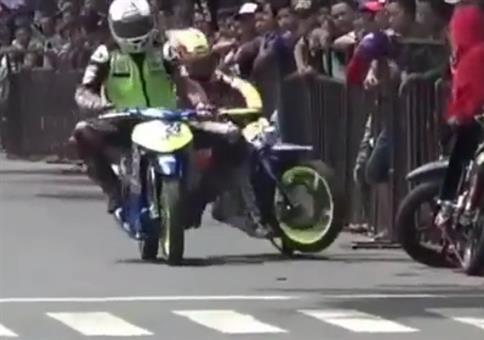 Idiot beim Motorradrennen erhält seine gerechte Strafe