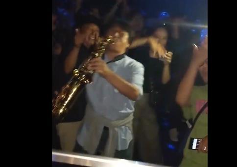 Mit dem Saxophon im Club