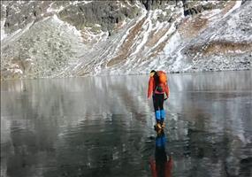 Kristallklarer gefrorener See