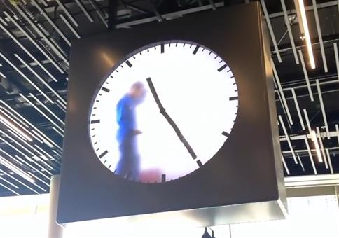 Uhr am Amsterdamer Flughafen
