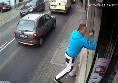 Instant Karma: Schaufensterscheibe einschlagen