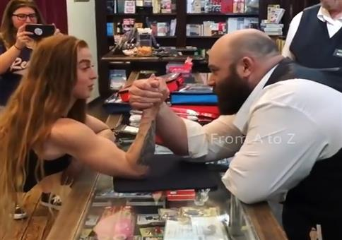 Starke Frau gegen starken Mann beim Armdrücken