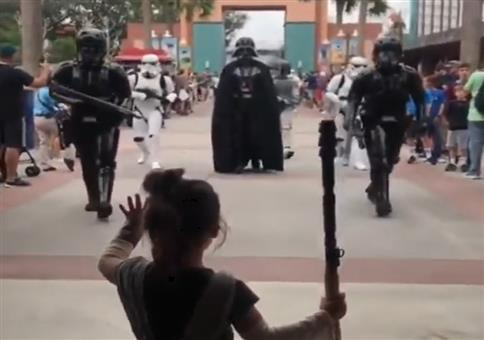 Kleiner Fan bei Star Wars Parade