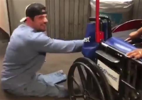 Rollifahrer macht Späßchen