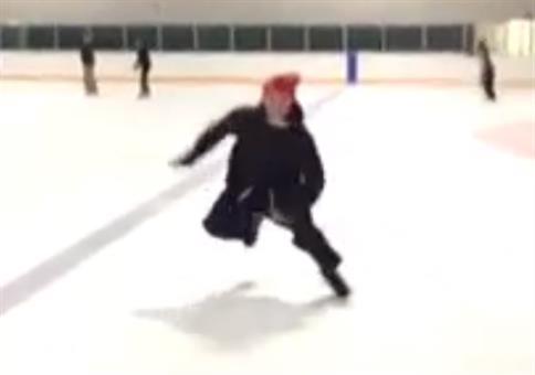 Die roter Sicherheitsmütze hilft beim Bremsen auf dem Eis
