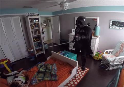Darth Vader weckt seinen zweijährigen Sohn