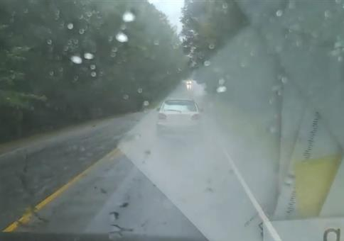 Regen, nasse Straße und plötzlich am rechten Straßenrand...
