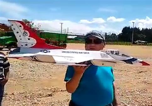 Das neue teure Modellflugzeug steigen lassen