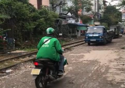 Etwas zu nah an den Gleisen geparkt