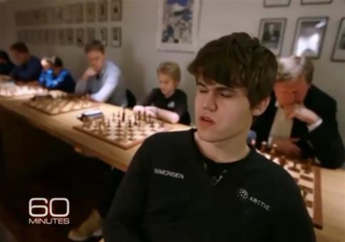 Er spielt Schach gegen 10 Leute ohne hinzusehen