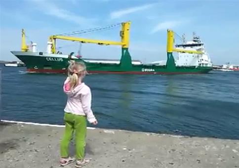 Mädchen ahmt Schiffshorn nach