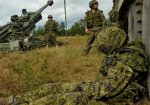 Soldaten wecken ihren schlafenden Kameraden