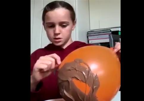 Luftballons mit Schokolade bestreichen