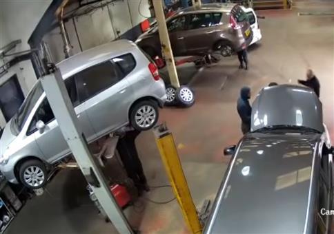Neulich in der Werkstatt: Gemütlich am Auto schweißen