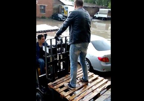 Klaus hilft: Trockenen Fusses ins Auto