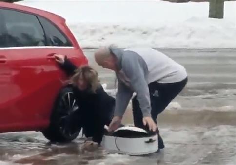 Geniale Lache: Großeltern bei Glatteis am Auto