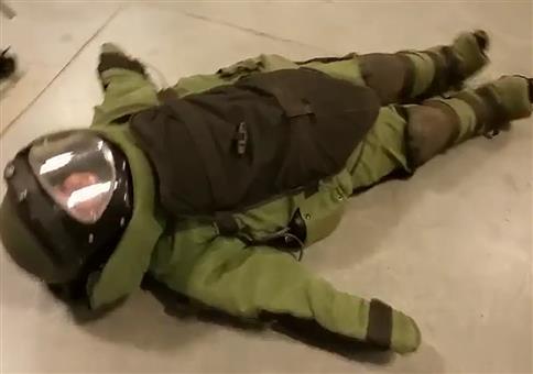 Frau im Bombenentschärfungsanzug