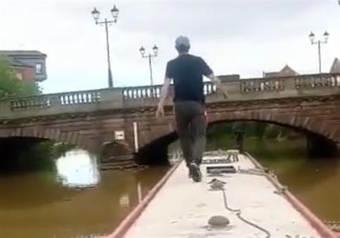 Vom Schiff über die Brücke und zurück aufs Schiff